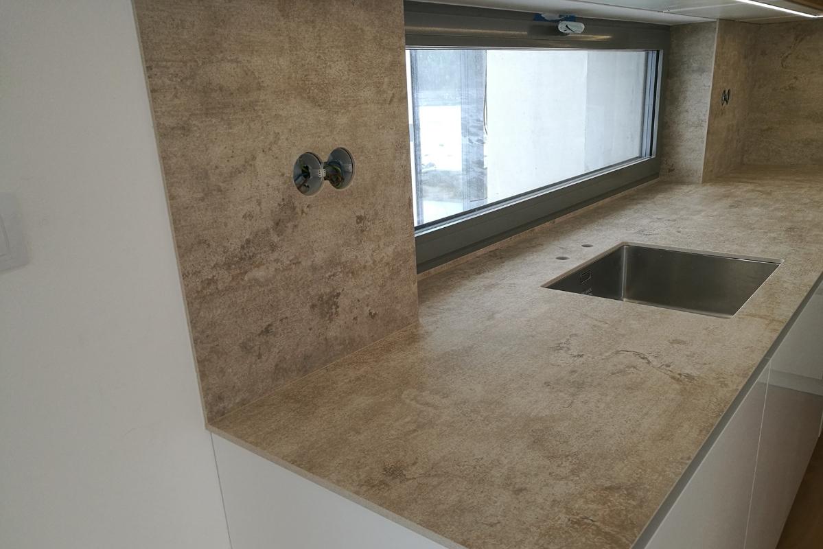 okno-v-kuchyni-obklad-parapet-spalety.jpg
